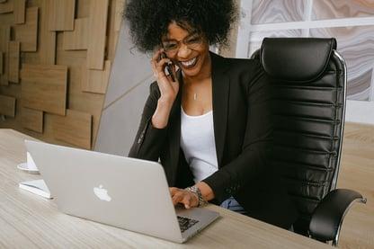 Dame jobber mens hun snakker i telefonen