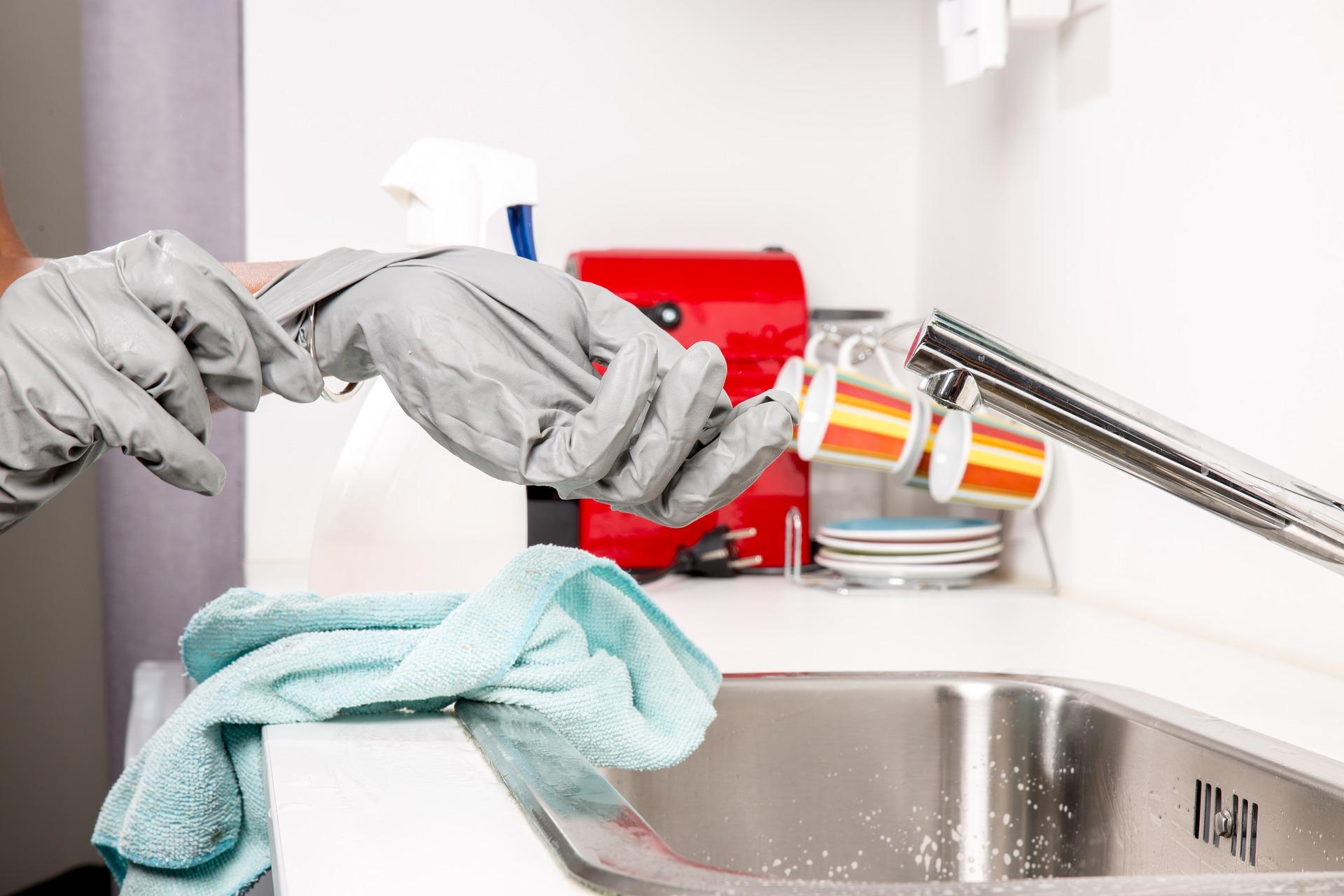 gummihansker på person som vasker i renholdsbransjen.jpg